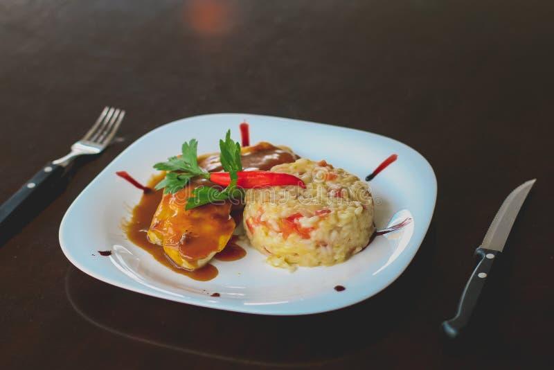 意大利煨饭和烤鸡 库存图片
