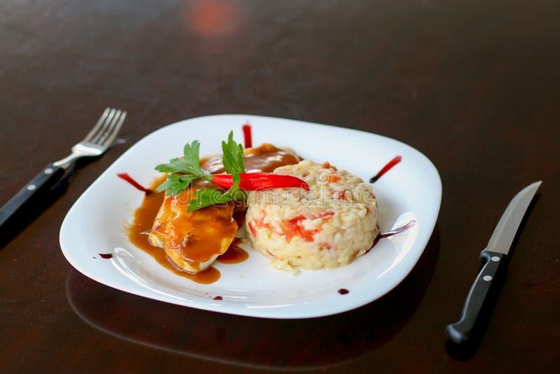 意大利煨饭和烤鸡 免版税库存图片