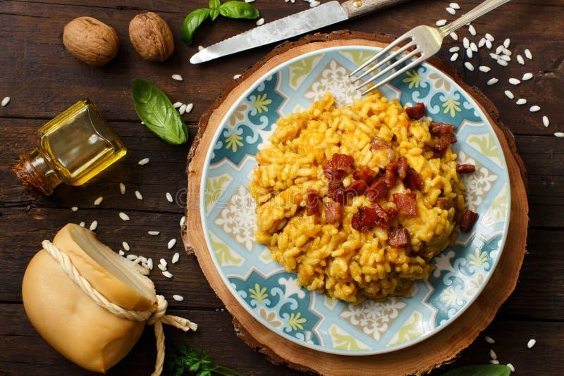 意大利煨饭用南瓜和烟肉 库存照片
