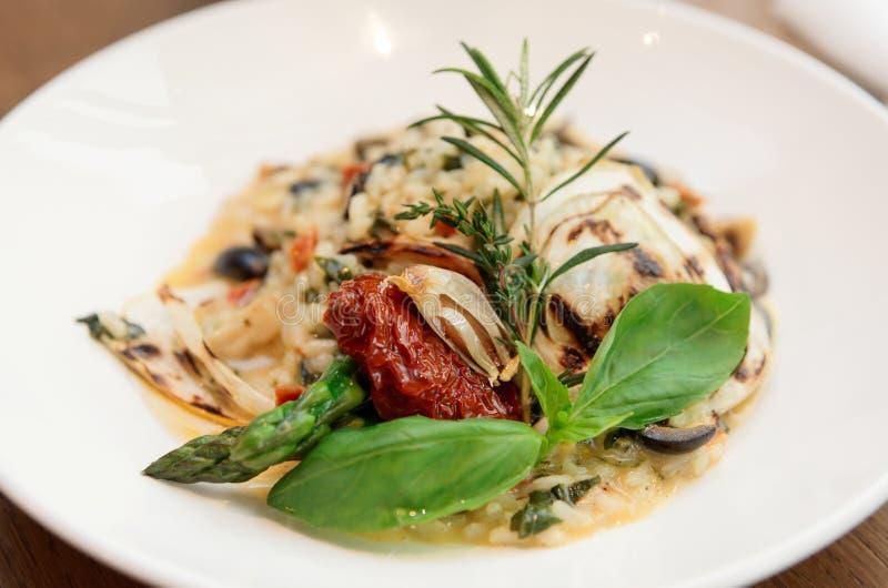 意大利煨饭用各式各样的蕃茄和草本 免版税库存照片