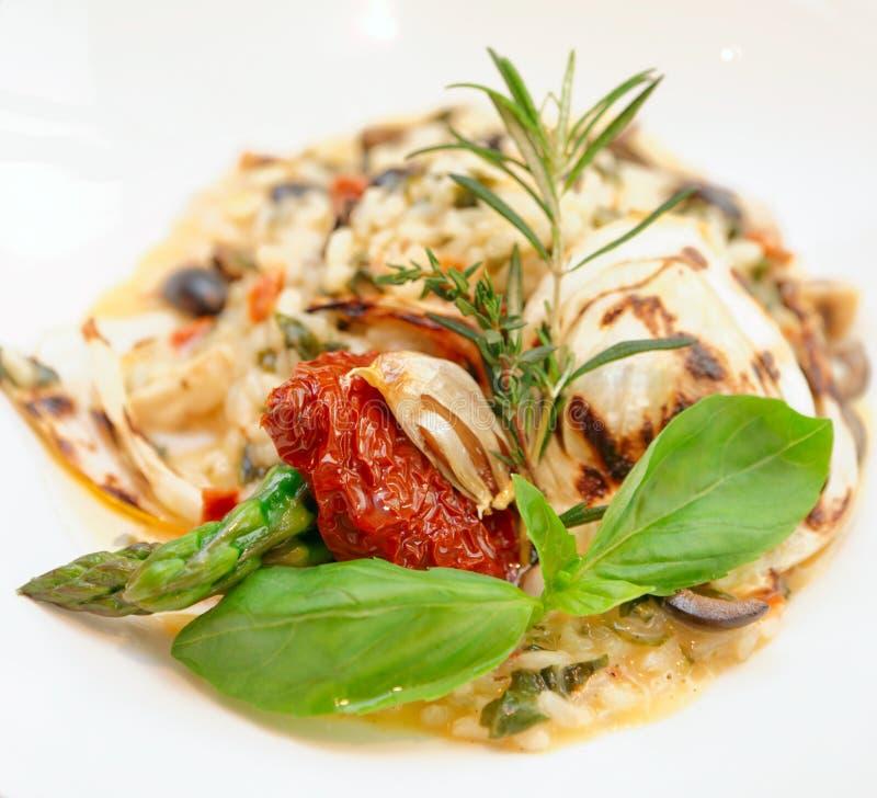 意大利煨饭用各式各样的蕃茄和草本 免版税库存图片