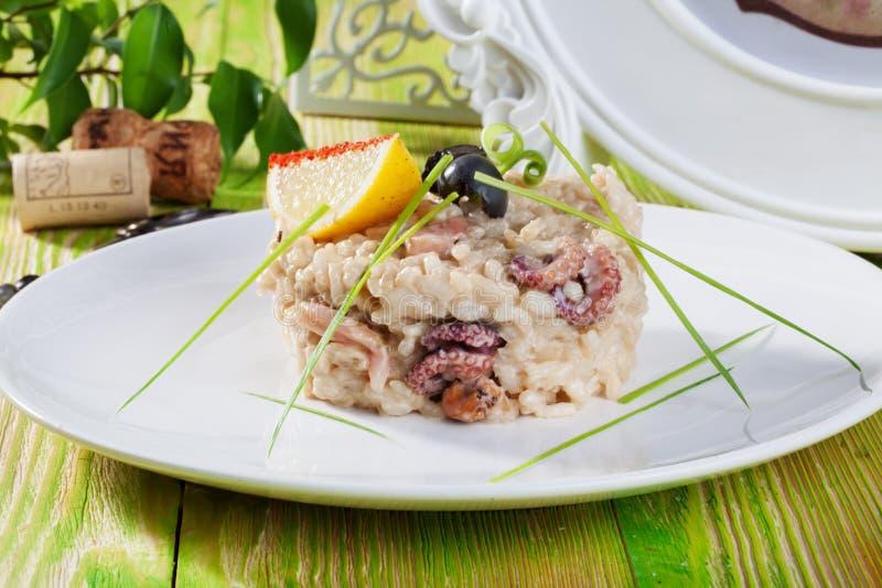 意大利煨饭用海鲜,章鱼,虾,淡菜,海鸡尾酒,长叶莴苣在静物画普罗旺斯菜单餐馆 库存照片