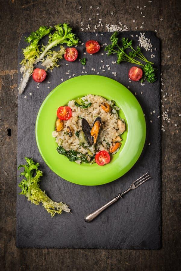 意大利煨饭用淡菜、蕃茄和绿色莴苣 库存图片