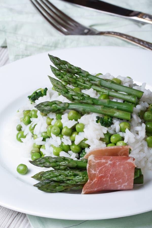 意大利煨饭用的芦笋和垂直的绿豆 免版税库存图片