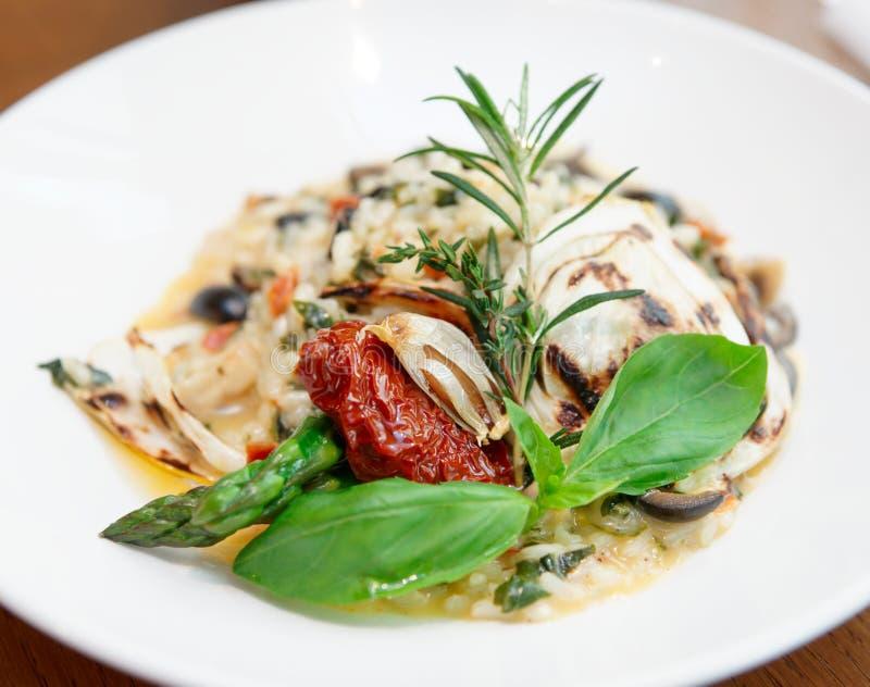 意大利煨饭用蕃茄和草本 库存照片