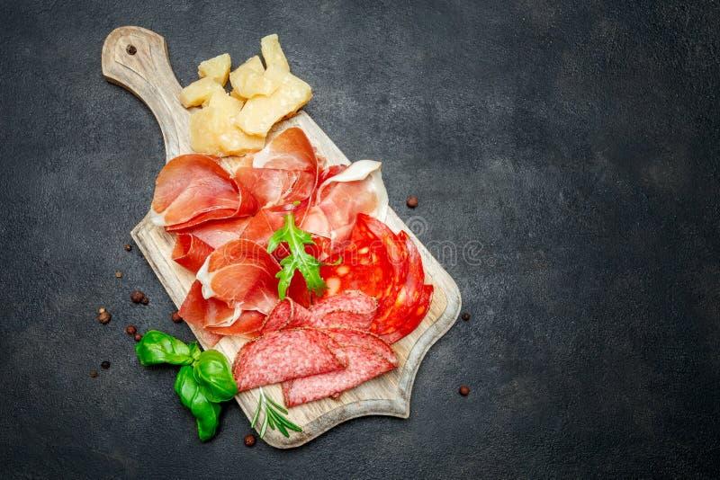 意大利熏火腿crudo或西班牙jamon、香肠和乳酪 图库摄影