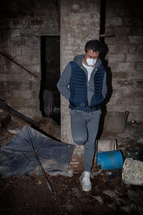 意大利的冠状病毒covid-19,一个头在他面前弯了腰的男人,象征着恐惧和孤立 库存图片