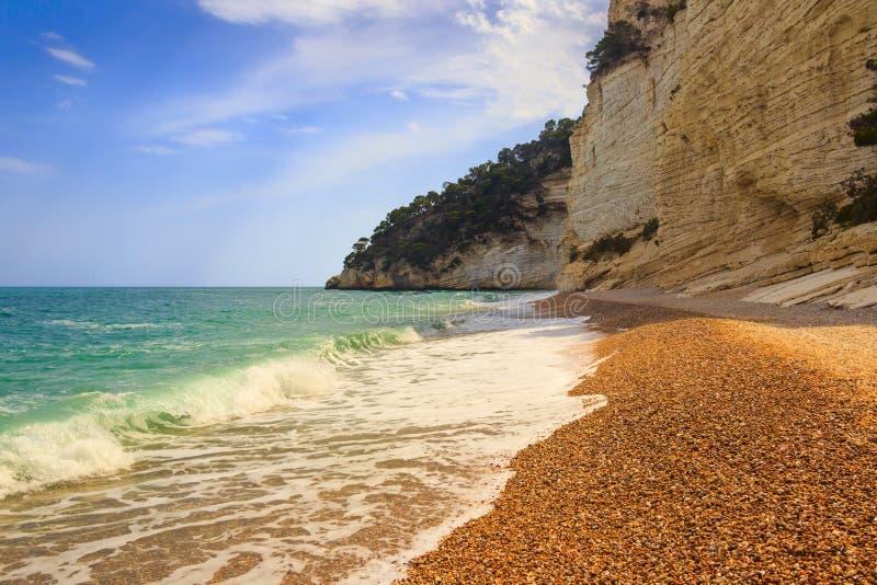 意大利的最美丽的海岸:Baia dei Mergoli海滩(普利亚) 免版税库存照片