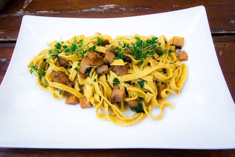 意大利盘:tagliatelle用porcini蘑菇 免版税库存照片