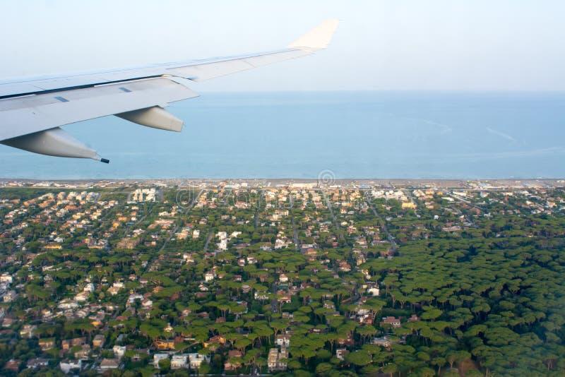 意大利种植园风景鸟瞰图在从一架飞机采取的托斯卡纳在飞行中在迷离背景 免版税库存照片
