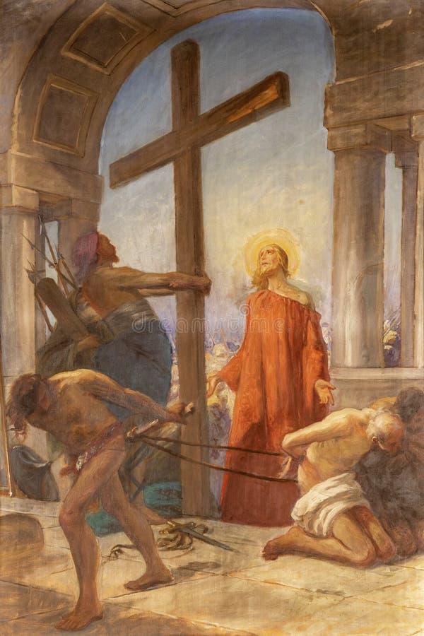 意大利科莫,2015年:耶稣在圣图阿里奥德尔桑蒂西莫・克罗西菲索教堂中携带十字架,作为Via Crucis的一部分 库存照片