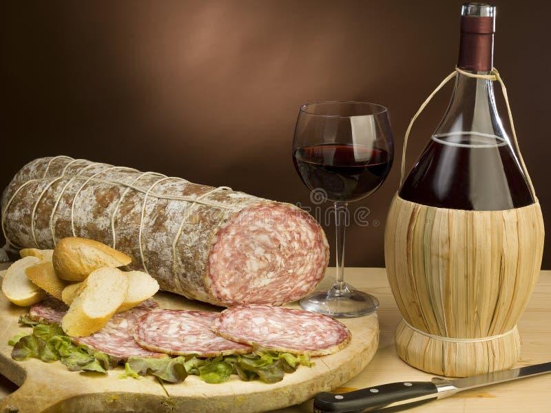 意大利红色蒜味咸腊肠典型的酒 免版税图库摄影