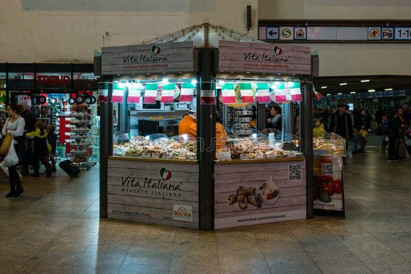 意大利纤巧乳酪、香肠、甜点和蛋糕卖点威达Italiana在中央火车站 图库摄影
