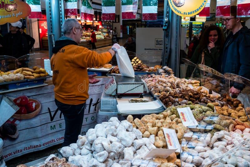 意大利纤巧甜点和蛋糕卖点威达Italiana在中央火车站 免版税库存图片