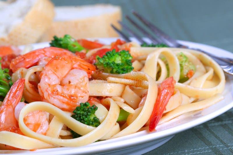 意大利细面条意大利面食虾蔬菜 免版税库存图片