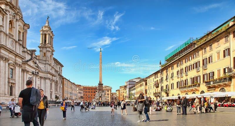 意大利罗马 — 2018年4月11日:纳沃纳广场与著名的埃及方尖碑意大利顺礼文化 库存照片