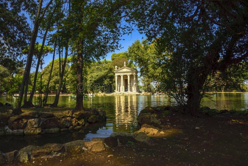 意大利罗马 别墅Borghese庭院  有小船和寺庙的湖 免版税库存照片