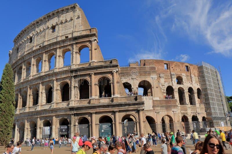 意大利罗马 在Flavian圆形露天剧场(罗马斗兽场)附近的游人 库存照片