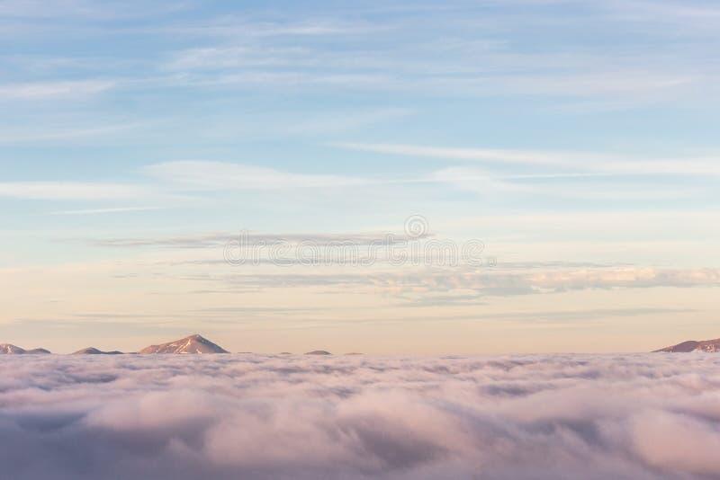 意大利翁布里亚山谷弥漫着远处的山峰 免版税库存照片