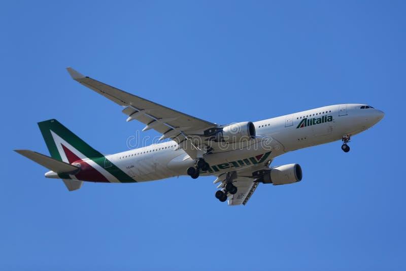 意大利航空空中客车A330为登陆下降在JFK国际机场在纽约 免版税库存照片