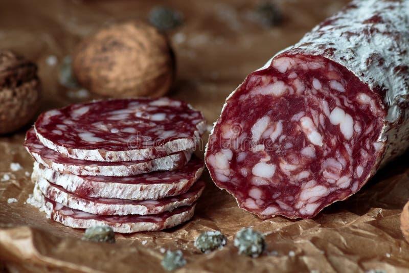 意大利蒜味咸腊肠用核桃 免版税库存照片