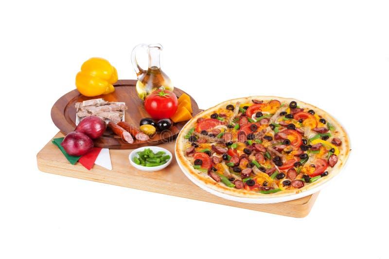 意大利薄饼用香肠,牛肉,青豆,乳酪 图库摄影