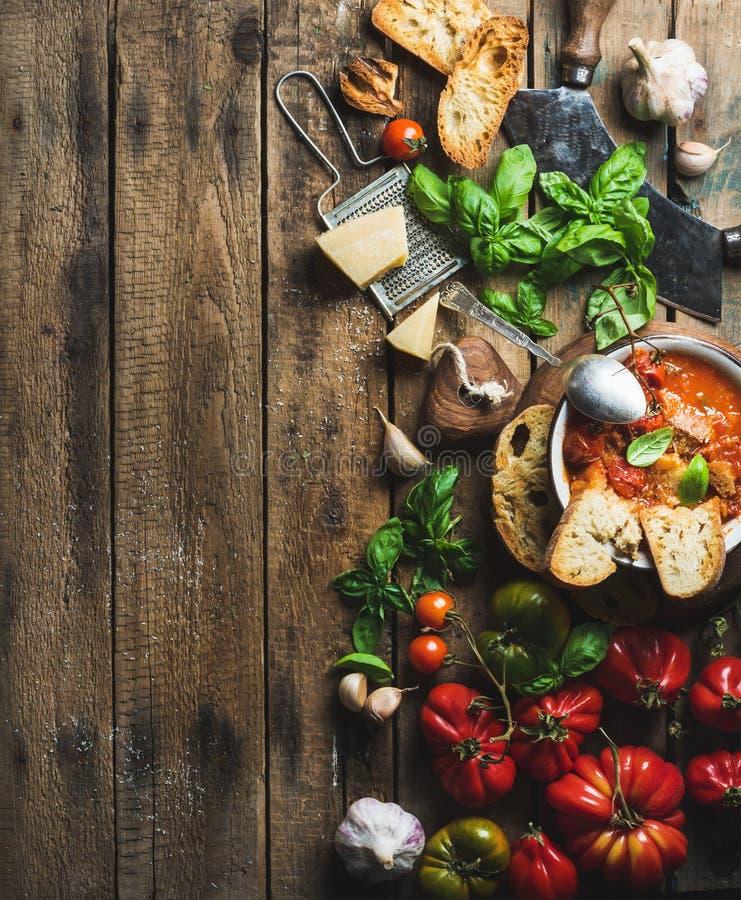 意大利语烤了在碗,拷贝空间的蕃茄和大蒜汤 免版税库存照片
