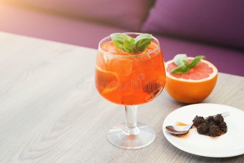 意大利语现代服务喷与橙色切片 免版税库存照片