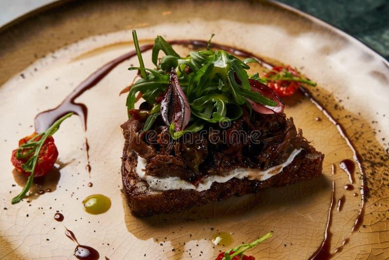 意大利语Bruschetta用羊羔牛肉 库存照片