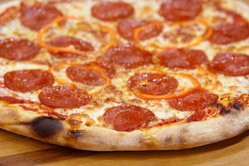 意大利辣味香肠乳酪薄饼乳酪 免版税库存图片