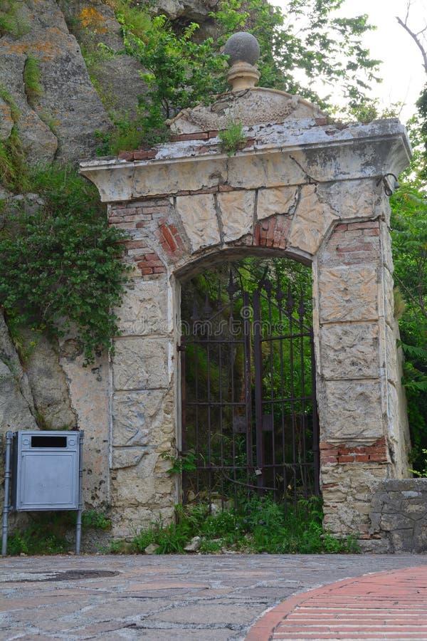 意大利邮箱和装门的曲拱 库存图片