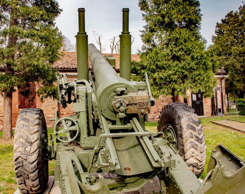 意大利防空武器在第二次世界大战中,他们保护了威尼斯式盐水湖免受船和飞机,今天被暴露 免版税库存图片