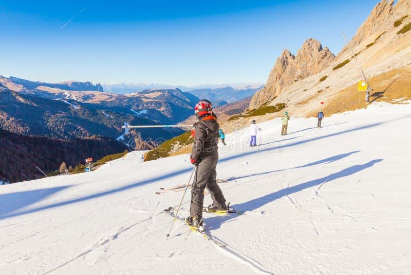 意大利阿尔卑斯的倾斜的滑雪者 免版税库存照片