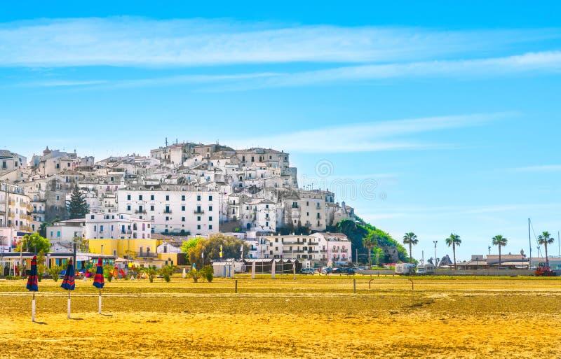 意大利阿普利亚加尔加诺半岛Rodi Garganico村和海滩 免版税库存照片