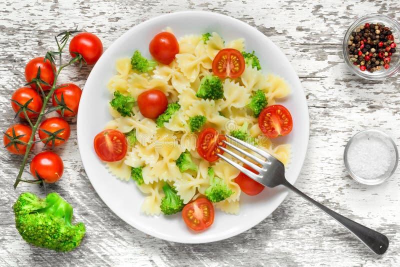 意大利面制色拉用与叉子的硬花甘蓝和蕃茄樱桃 食物健康素食主义者 免版税库存照片