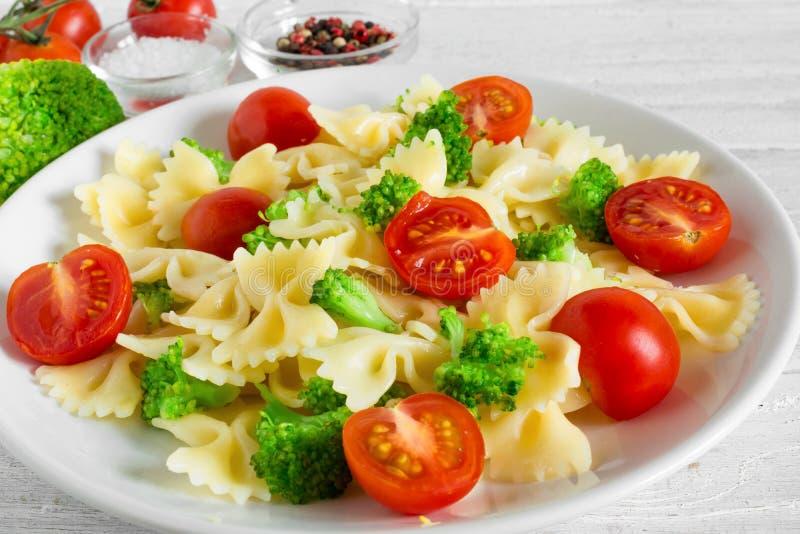 意大利面制色拉用硬花甘蓝和蕃茄樱桃 食物健康素食主义者 免版税库存照片