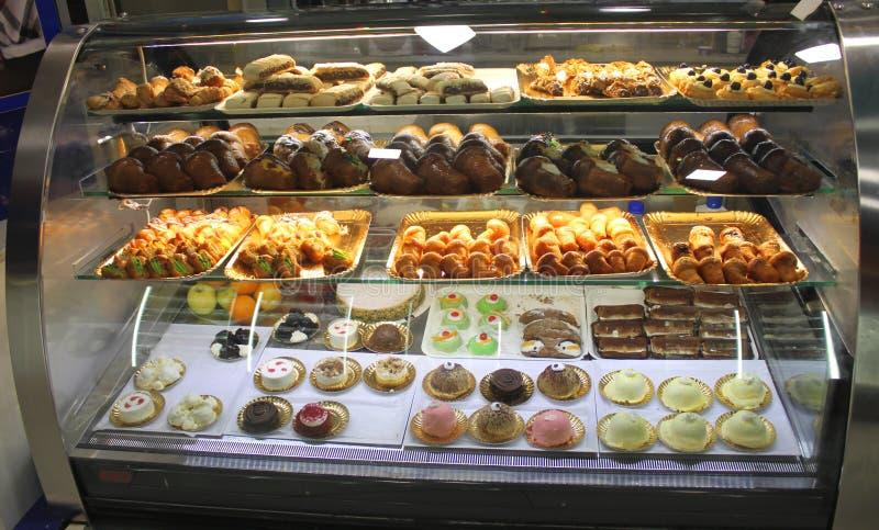意大利面包点心店用另外酵母酒蛋糕、油炸圈饼、果冻、冰淇凌、蛋糕用果子和莓果 库存照片