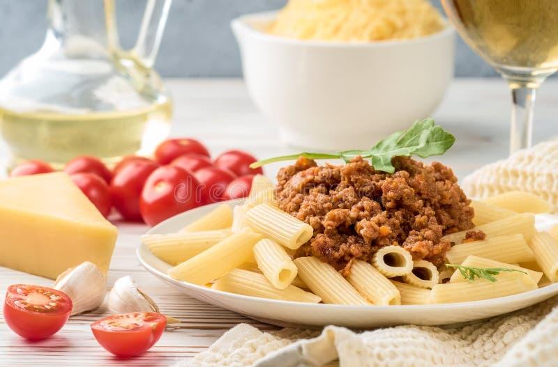 意大利面团博洛涅塞从面团penne rigatone在西红柿酱和帕尔马干酪的肉末 免版税库存图片