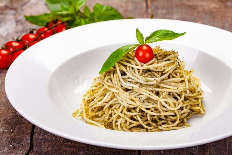 意大利面团意粉用在白色板材的自创pesto调味汁 库存图片