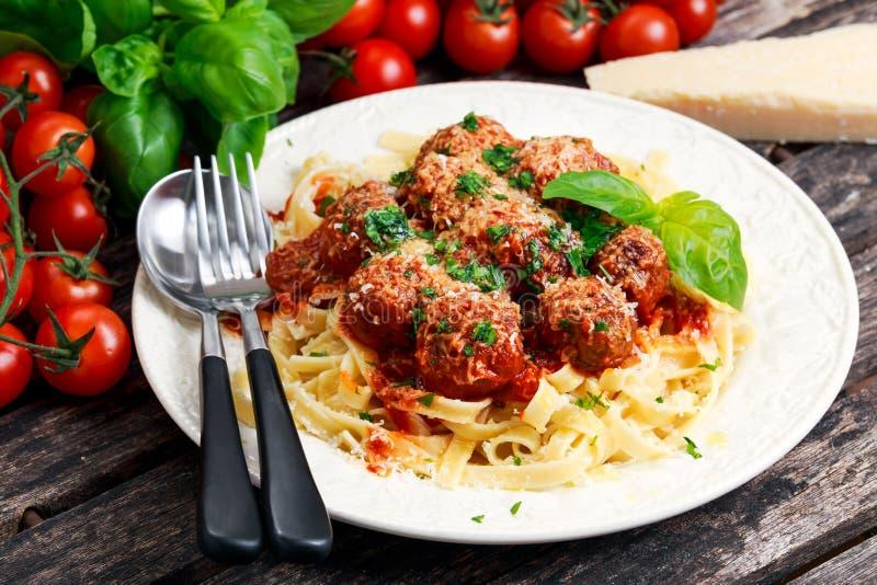 意大利面团意粉用在西红柿酱的丸子 库存图片