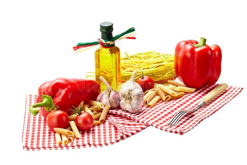 意大利面团用蕃茄,大蒜,胡椒,在丝毫的橄榄油 库存图片