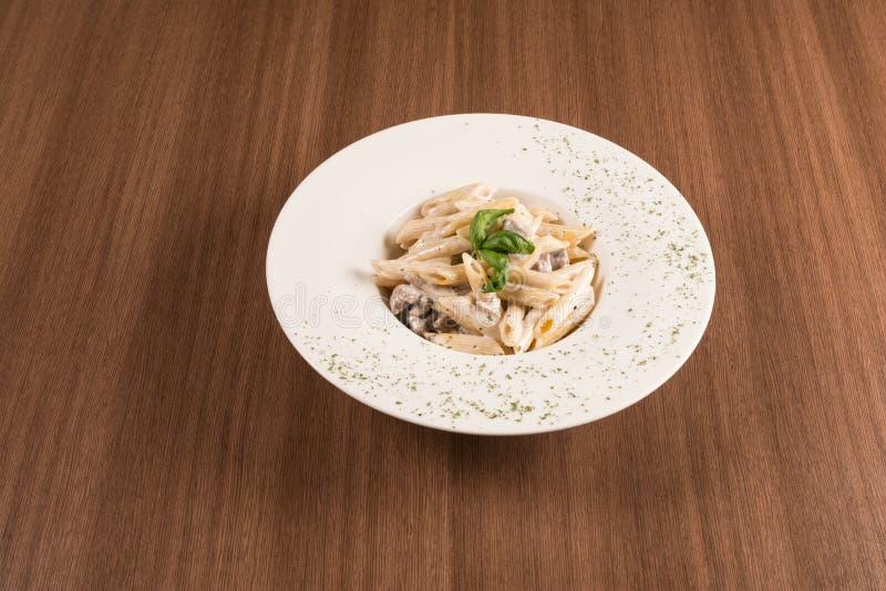 意大利面团用蘑菇和戈贡佐拉香肠 库存图片