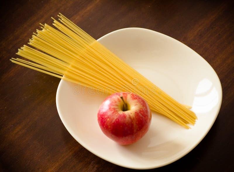 意大利面食和苹果 库存图片