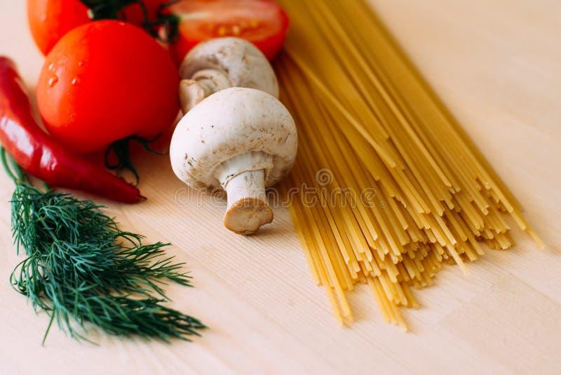 Download 意大利面食和蔬菜 库存图片. 图片 包括有 面条, 背包, 通心面, 胡椒, 吃饭的客人, 成份, 玉米 - 72362521
