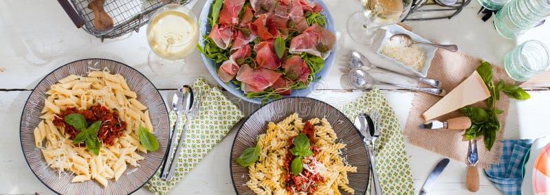 意大利面食用在木表的西红柿酱 免版税图库摄影