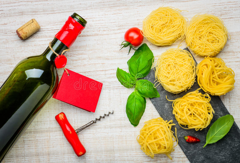 意大利食物、Tagliatelle和瓶酒 库存图片