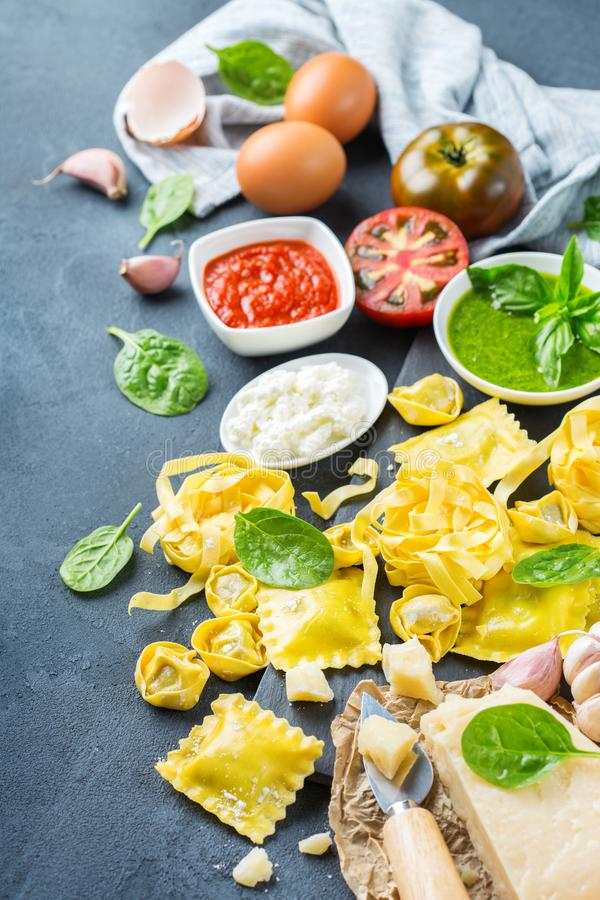 意大利食物和成份,馄饨面团意大利式饺子pesto西红柿酱 库存图片