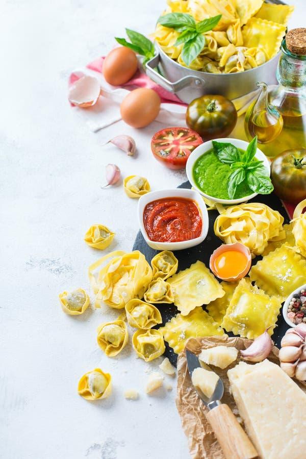 意大利食物和成份,馄饨面团意粉pesto西红柿酱 库存照片