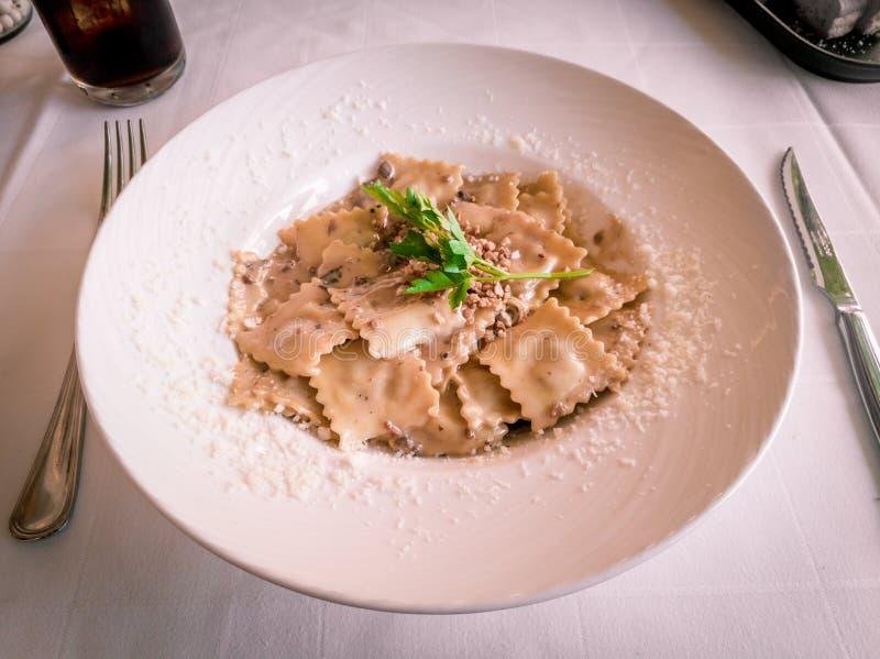 意大利馄饨面团用蘑菇和杏仁调味汁 免版税库存照片