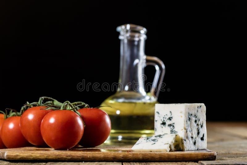 意大利鲜美食物、橄榄油、白色乳酪和蕃茄 免版税库存照片